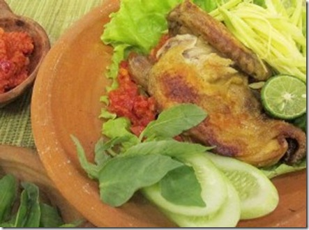 Sajian Ayam Penyet Ditambah Sambal Mangga