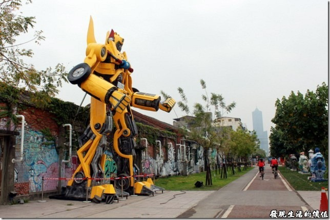 高雄-駁二。我還在想最近怎麼都沒有看到「大黃蜂」上電視了,原來牠已經在這裡駐廠啦!真的是真車版,站起來比房子還高呢。