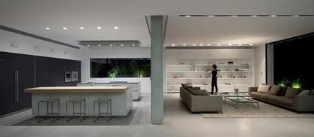 Casa de estilo minimalista en dise o interior y exterior for Casa minimalista interior blanco