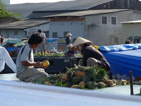 Imagini Delta Mekongului: ananas de vanzare