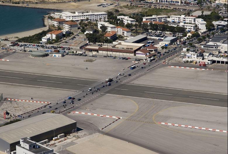 اغرب مطار العالم مدرجه يتقاطع gibraltar-airport-9%