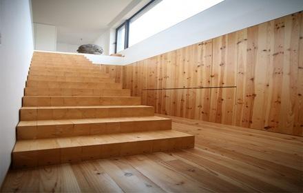 interior-casa-escaleras-madera