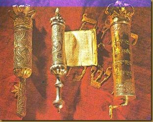A zsidó vallás_008_Tóra-tekercs tartó