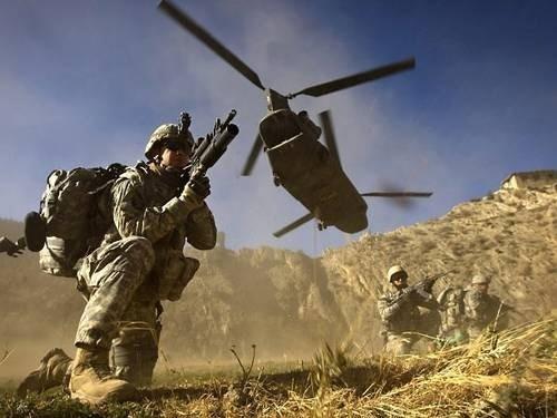 Imagem-de-novembro-de-2008-mostra-soldado-americano-sob-helicoptero-ChinookAFP