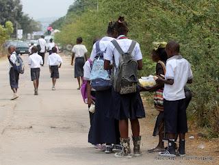 Des élèves sur une des avenues de Kinshasa le 5/9/2011, lors de la rentrée scolaire 2011-2012. Radio Okapi/ Ph. John Bompengo