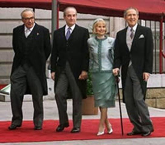 Antonio Gala junto a otros asistentes al enlace.