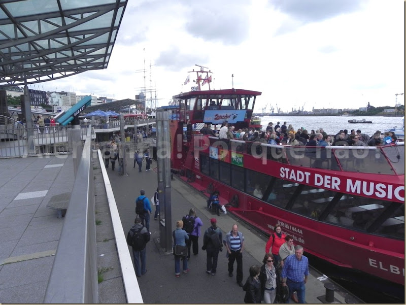 Barcos de passageiros para um passeio pelo rio Elba no porto de Hamburgo