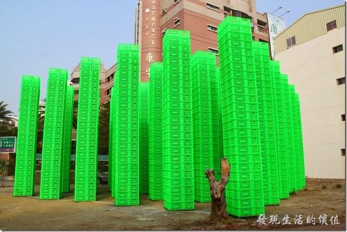 「321巷藝術聚落」可以由公園路靠近公園北路的入口進入,附近有韓國藝術家崔正化,以鮮綠色塑膠籃搭建而成的大型裝置「森」作品,籃子上面都有「321」的字樣。