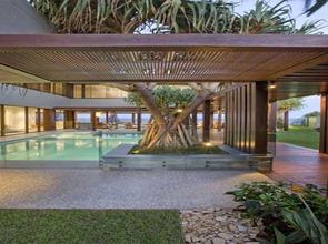 Diseño-de-pergolas-en-jardin-con-piscina