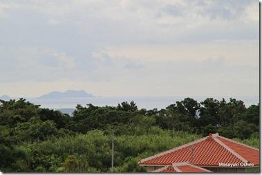 遠くに東シナ海に浮かぶ渡嘉敷の島々が見える