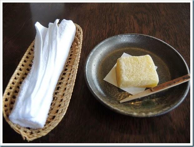 在check in 時,端上熱毛巾讓我們擦手,柚子糕及抹茶請我們享用。