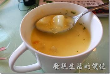 台南-mini-cofffee。早午A餐的濃湯。馬鈴薯玉米濃湯,湯頭不錯,不過喝第一口的時候稍鹹,之後再喝就不會了,想提味的也可以加點胡椒。