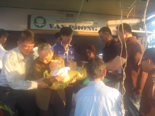 Theo chân Hòa Thượng Thích Thái Hòa cứu trợ bão lụt