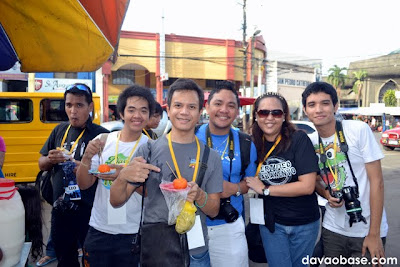 Davao bloggers enjoying kwek-kwek at Rizal Park. Masarap ba?