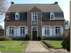 Raatshoven (Racour): pastorie, thans cultureel centrum. http://nl.wikipedia.org/wiki/Raatshoven
