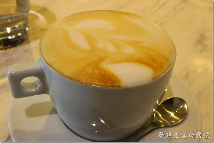 台南-地球咖啡烘培美食-早午餐。熱拿鐵咖啡。這裡的咖啡喝起來還好而已。