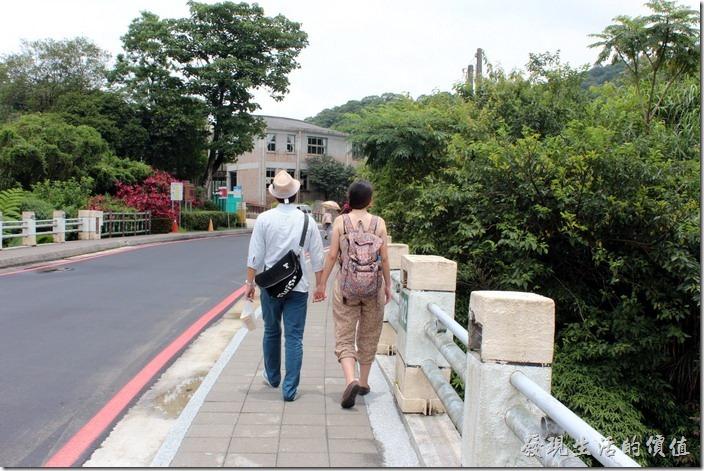 平溪線一日遊-十分瀑布。跟在這對情侶的後面走,整個心情都涼快了!