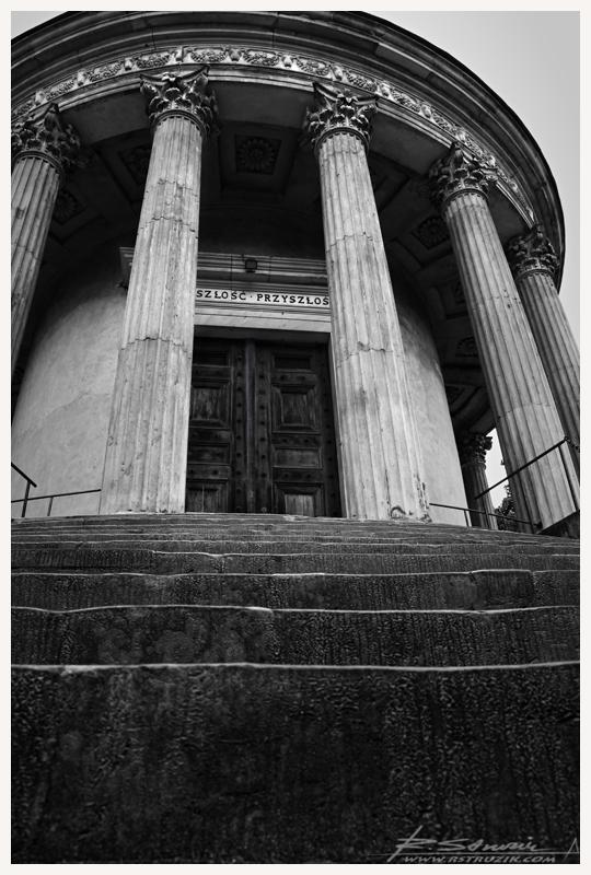 """Puławy, Zamek Księżnej Czartoryskiej. """"Przeszłośc przyszłości"""" - taki napis widnieje nad Świątynią Sybilli."""