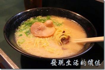日本北九州-中洲屋台(路邊攤)。這是小兒子點的「拉麵」,果然是大胃王,而且他只吃麵及米飯。這裡的「拉麵」吃起來感覺還好而已,因為之前才剛吃過好吃的「熊本拉麵」,兩相比較後,就覺得不怎麼樣了。