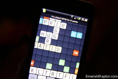 Spiller Wordfeud (scrabble) på telefonen