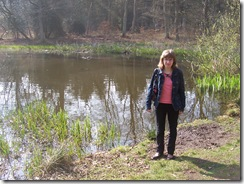 2011.03.24-005 Stéphanie devant la mare