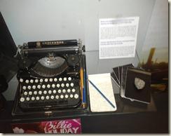 des souvenirs, des personnages, des copies de carnets, une machine à écrire Underwood,