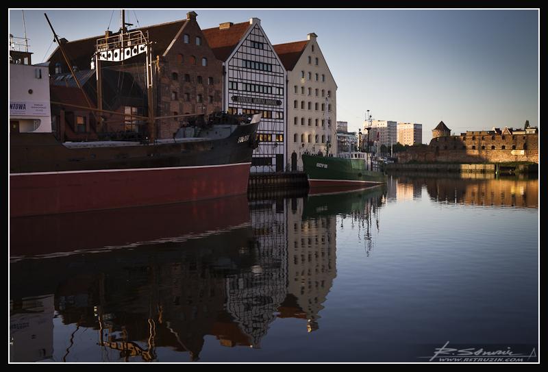 Gdańsk. Sołdek na straży absolutnej statyki krajobrazu pomiędzy prawym i lewym brzegiem rzeki.