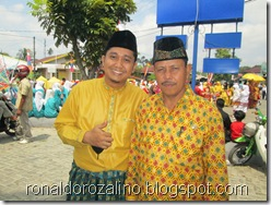Ronaldo Rozalino  dan PAk Asrilman Kepala SMKN 1 Teluk Kuantan Pawai Budaya Kabupaten Kuantan Singingi di Hadiri Mambang Mit Wagub Riau