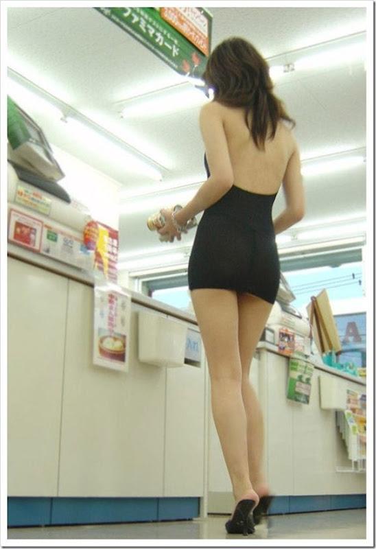 Garota com um mini vestido no supermercado (4)