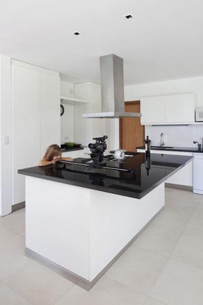 Cocina-minimalista-blanco-negro