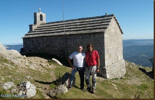 Julián y Julio en la ermita de Aizkorri - Gipuzkoa