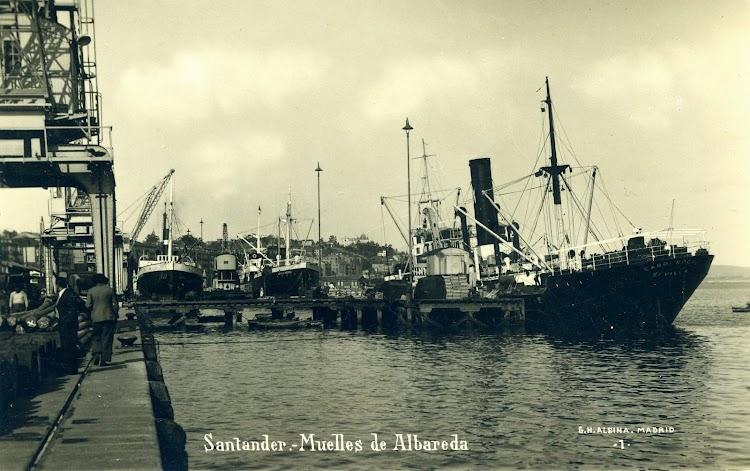 Puerto de Santander. Antes rivales, ahora mancomunados. El CABO ROCHE y uno de las nuevas motonaves Diesel de Sota y Aznar. Postal.JPG