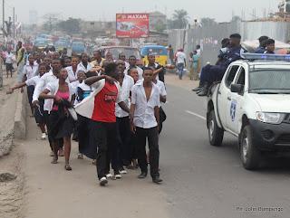 Quelques élèves finalistes, célèbrent la fin de la dernière épreuve de l'examen d'Etat ce 23/06/2011 à Kinshasa. Radio Okapi/ Ph. John Bonmpengo