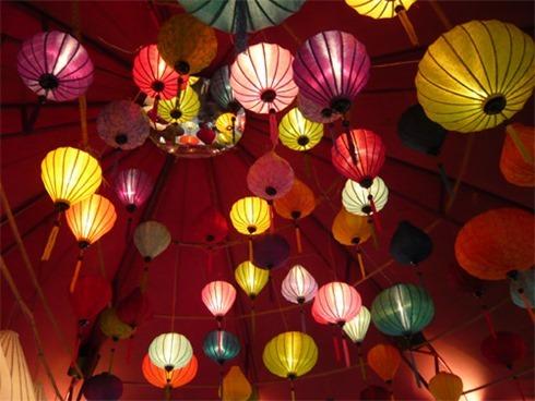 sfeervolle-lampions-in-een-tent