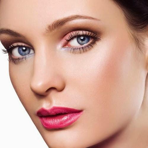 bruneta cu ochi albastrii