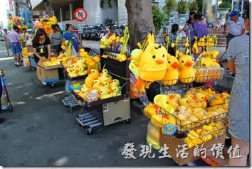 高雄光榮碼頭-黃色小鴨。光榮碼頭外面有一大堆賣黃色小鴨的攤販,各式各樣的黃色小鴨都有。