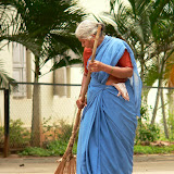 Balayer le sable - sport national en Inde. Ils balayent meme la route