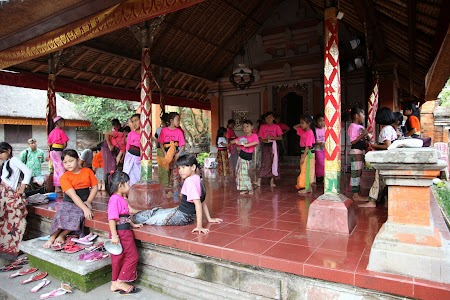 16. Copii din Bali invata dansuri traditionale.JPG