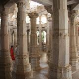Les Jaïns les plus puristes vivent nus ou habillés de blanc. Le jaïnisme est concentré dans le nord ouest de lInde et leurs temples sont réputés pour leur beauté.
