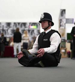 Полицейский медитирует