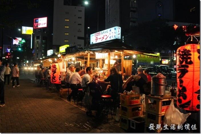 日本北九州-中洲屋台(路邊攤)。這裡的屋台生意好壞似乎是從最前面的攤子一路往下排,猜想可能是越前面的攤子,其資格越老,客人也就越多的緣故吧!