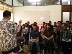 AB Susanto memberikan pengarahan kepada mahasiswa GameTech Unika dalam kegiatan Monitor dan Evaluasi Beasiswa Unggulan