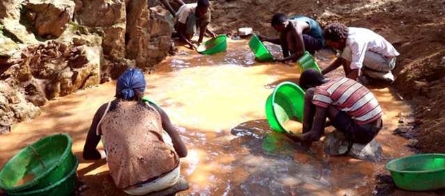 Small-scale gold production using mercury in Africa. Photo: arlgold.com via UNEP