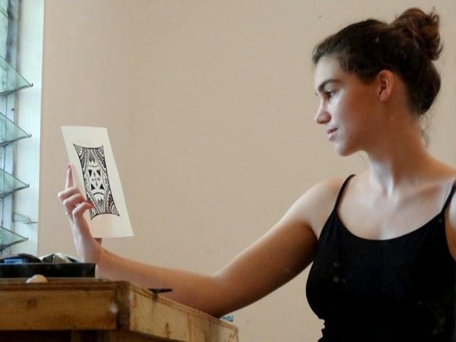 l'artiste admirant son oeuvre