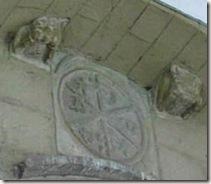 Crismón y canecillos románicos - Iglesia de la Asunción - Urroz-Villa