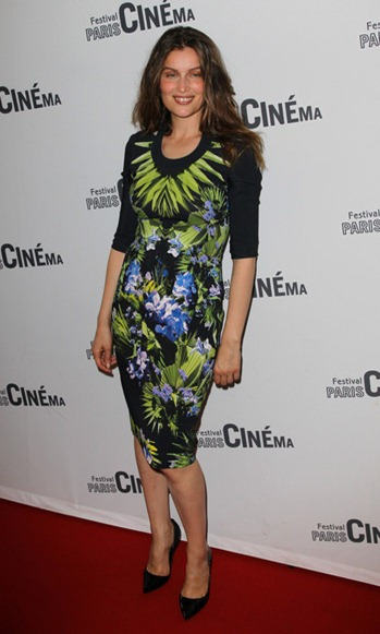 Actress Laetitia Casta wearing tropical print byg6viBHLM6l