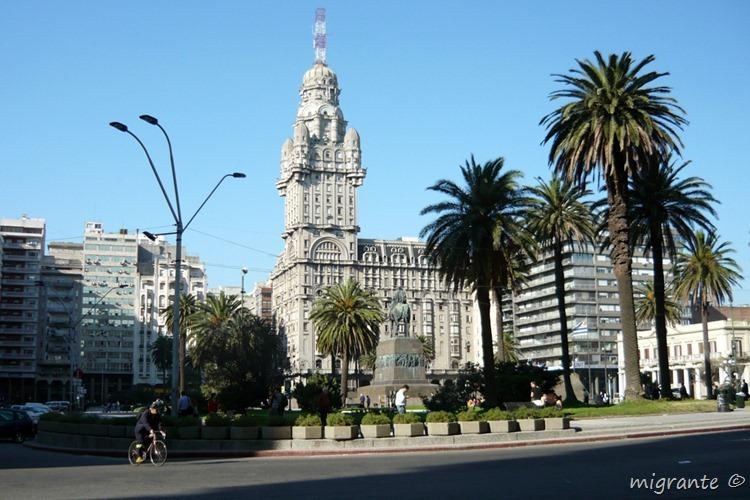 tras la plaza independencia - palacio salvo - montevideo - uruguay