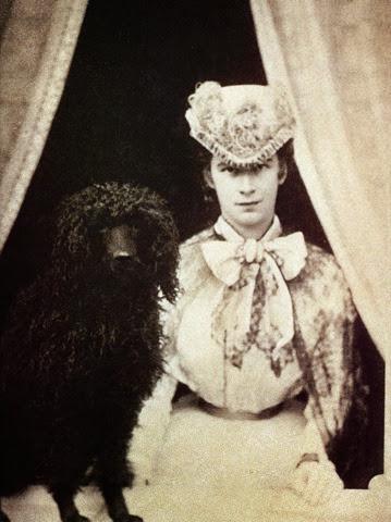 Esta foto pertenece a las famosa serie de fotos en la ventana, pero es una de las pocas en que la emperatriz aparece de frente.