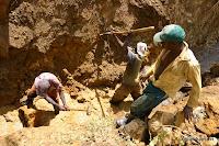 Des creuseurs dans une mine artisanale de cassitérites, Sud Kivu, 2006.