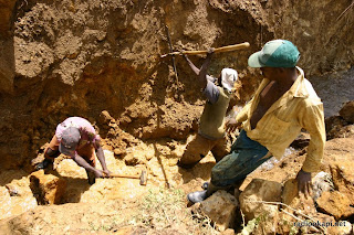 Des creuseurs dans une mine artisanale de cassitrites, Sud Kivu, 2006.